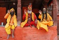 NEPAL, Kathmandu, santoni che salutano